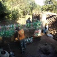 Parede da garagem, de garrafas PET começa a ser construída