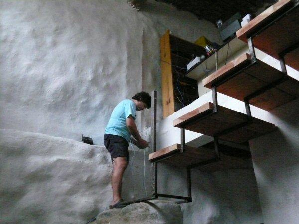 Yuri colocando energia elétrica no mezanino e na escada.