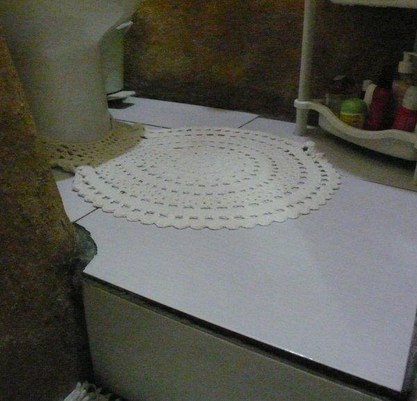 Aproveitamos o que sobrou da cerâmica e colocamos no banheiro pequeno. Falta ainda rejuntar. Com chuva o cimento cola demora mais para secar.