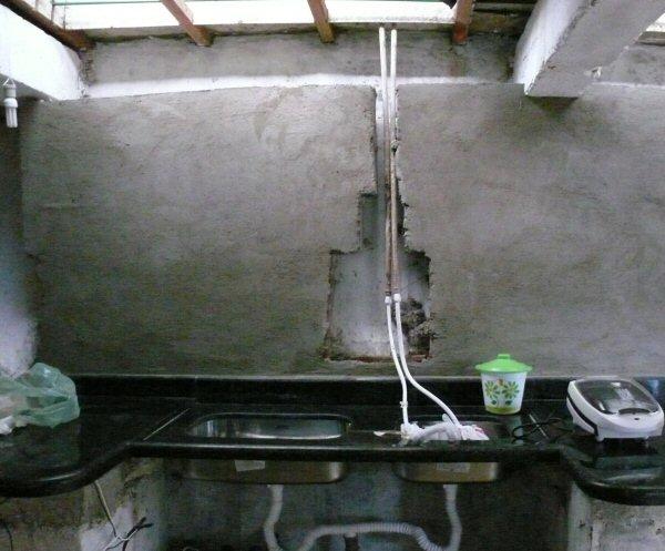 Parede da cozinha preparada com massa para receber a cerâmica.