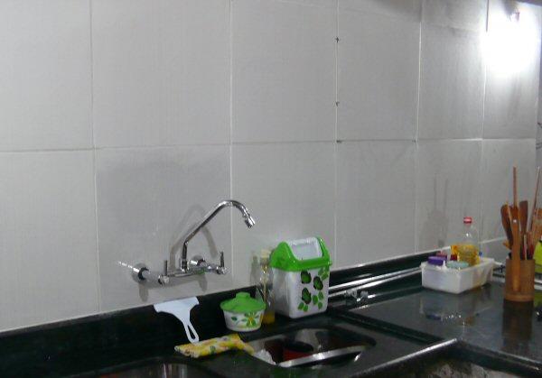 Cerâmica na parede da cozinha. Ainda falta finalizar o rejunte.
