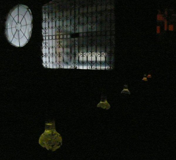 A porta e janela do segundo andar. Detalhes das garrafas que são pontos de luz durante o dia dentro e a noite fora!