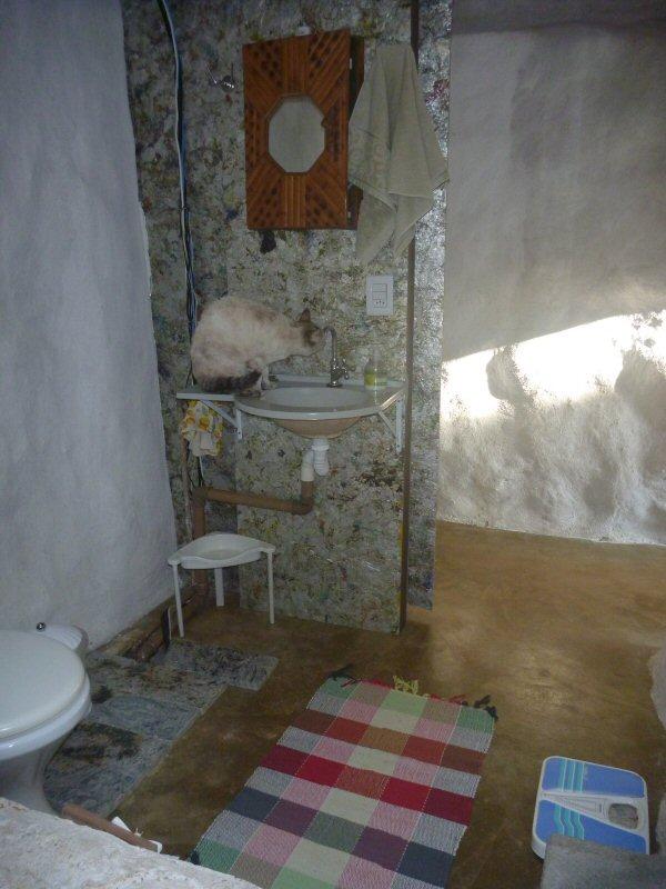 Outro lado do banheiro acessível. A parede e a porta foram feitas com a madeira ecológica da Ibistetra, feita de caixas de leite.  Momento Marola com sede!