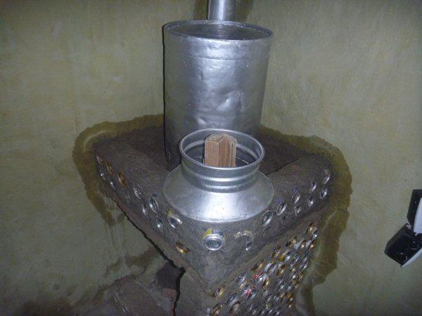 Uma parte do tambor de leite é para manter o calor e a outra para a entrada dos gravetos.