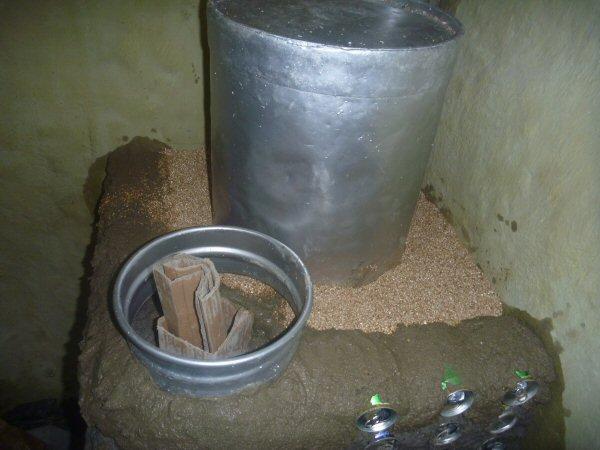Colocamos vermiculita. A vermiculita é um mineral semelhante à mica, formado essencialmente por silicatos hidratados de alumínio e magnésio. Quando submetida a um aquecimento adequado a água contida entre as suas milhares de lâminas se transforma em vapor fazendo com que as partículas explodam e se transformem em flocos sanfonados. Cada floco expandido aprisiona consigo células de ar inerte, o que confere ao material excepcional capacidade de isolação.
