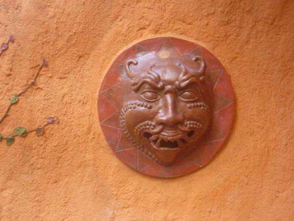 A máscara japonesa, ganhamos da grande artista plástica Mércia Borges que a fez a 26 anos e estava esperando a pessoa certa para adquiri-la.
