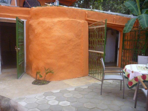 Pintamos as paredes da cor de laranja-cenoura. Plantamos uma palmeira e refizemos o piso do quintal.