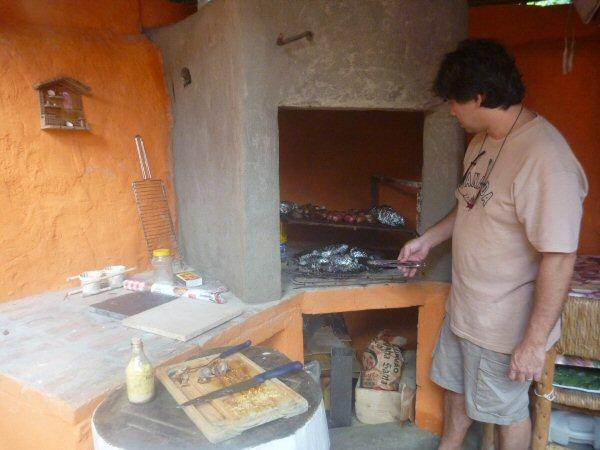 Nossa churrasqueira foi inaugura neste sábado, dia 14 de Junho de 2015. Não esta totalmente pronta, mas deu para assar uma boa carne. Só que não é uma churrasqueira convencional, estamos fazendo uma Parrilladeira Argentina. Paredes feitas de latinhas também.