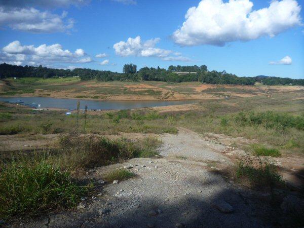 Enquanto a casa Orgânica vai crescendo a represa Jaguari Jacareí vai esvaziando.