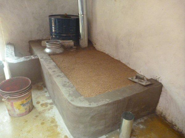 Preenchemos a parte interna do sofá com vermiculita para manter o calor.
