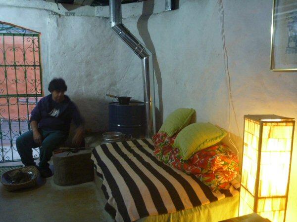 E a lareira pronta, depois de 3 dias. Detalhe da panela de ferro em cima do tambor aquecendo pinhão.