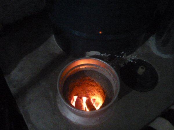 Utilizamos 3 gravetos cada vez e não tem fumaça dentro do ambiente. Mantendo a lareira acesa até por volta das 23hs, no outro dia pela manhã, o acento continuava aquecido.