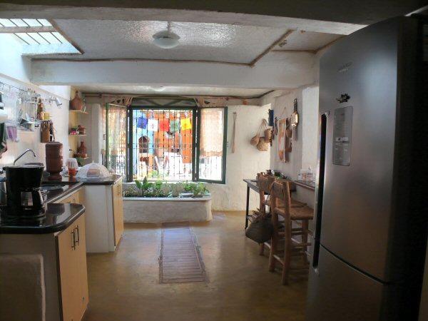 A cozinha vendo de outro lado, como o filtro biológico que é uma floreira!