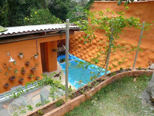 A piscina feita com pneus.