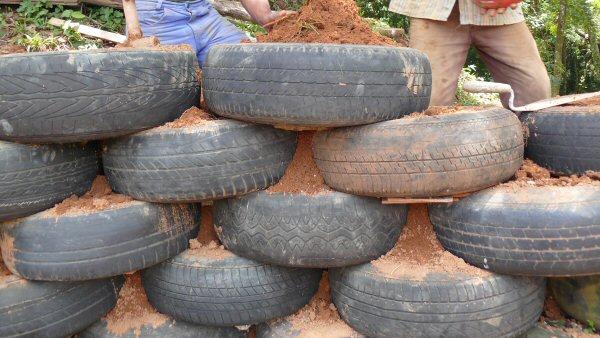 Detalhe dos pneus sendo colocados.