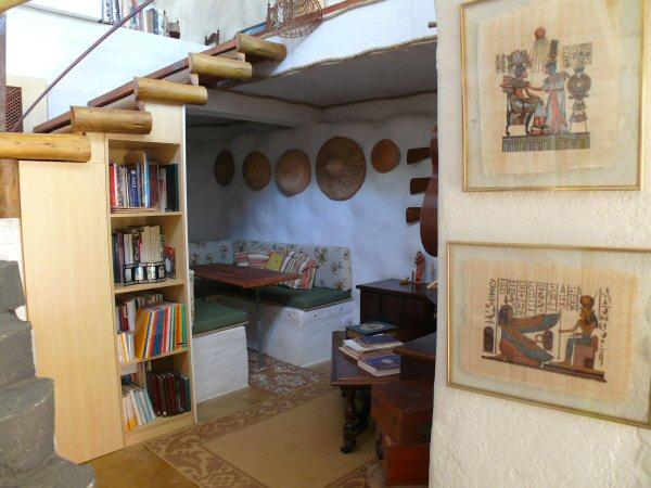 O espaço da sala de TV, onde nos inspiramos nos barcos e mesa abaixa e vira um grande sofá-cama.