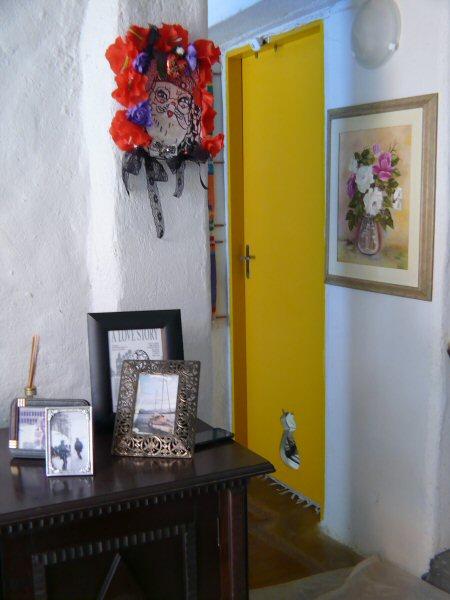 A porta com a abertura feita para os gatos entrarem no quarto. E o quadro Natalino que ganhamos da Lou Borelli.