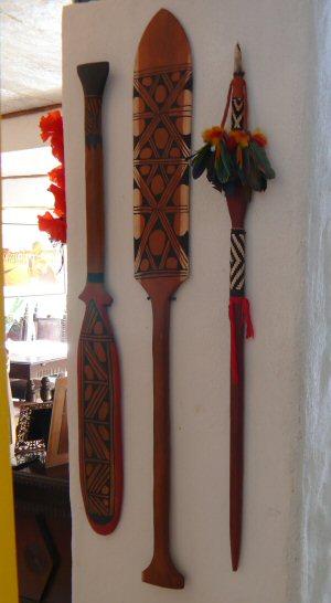 A casa tem muitos detalhes com arte indígena, afinal estamos produzindo duas séries sobre os índios brasileiros. Remos e lança do Xingu.
