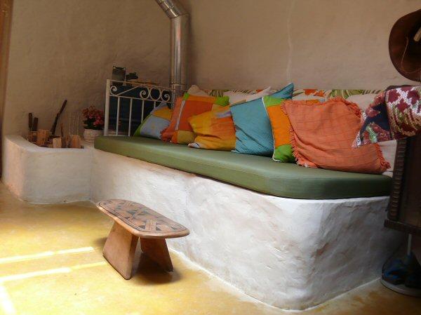 Esse é o sofá com aquecimento interno. No inverno, acendemos a lareira e todo ele fica quentinho!